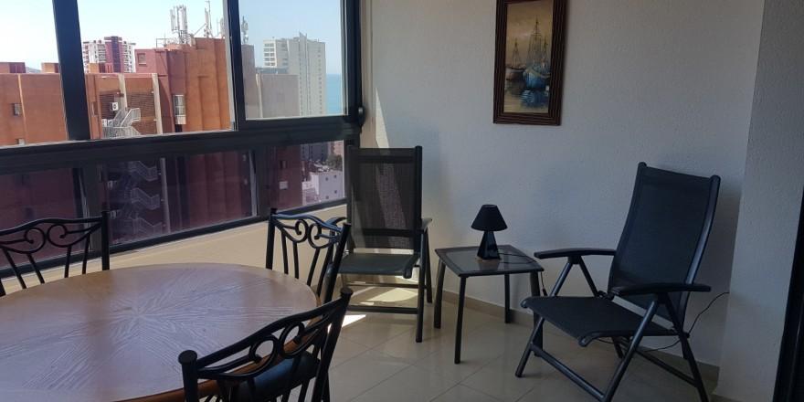 Gemelos 26-19B terraza acristalada con 2 sillas